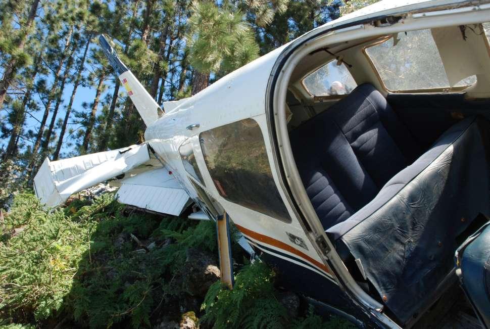 Restos del Piper PA-28 accidentado en Los Organos. (Fotografía: www.eldia.es)